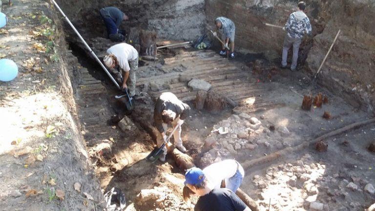 Археологи в москве нашли игрушку xvii века.